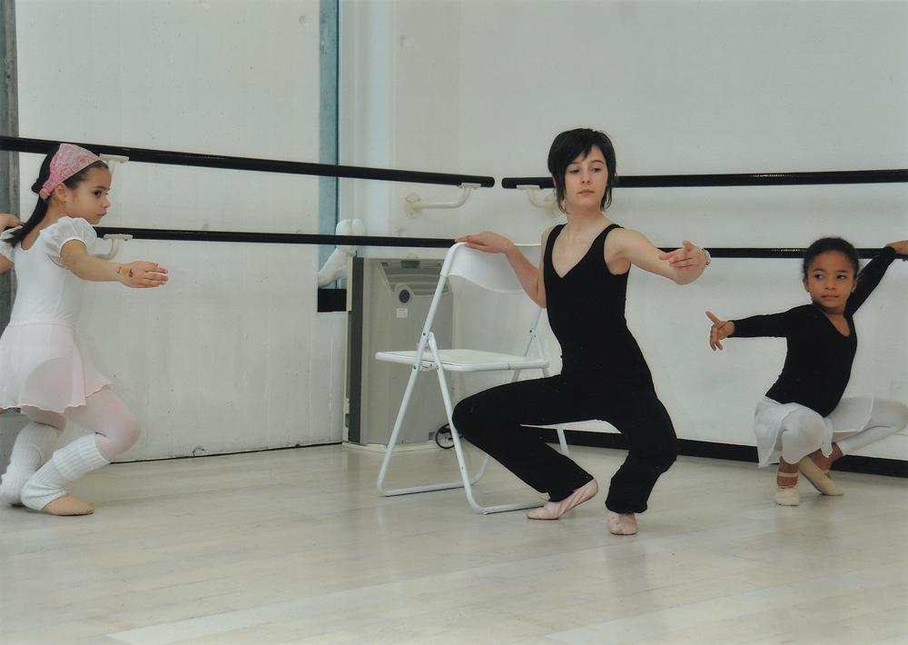 Acad mie de danse fabienne rebelle vouilloz cours 2009 for Exercices barre danse classique